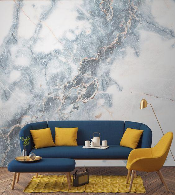 Marmor Tapete blaues Sofa gelbes Kissen und Stuhl
