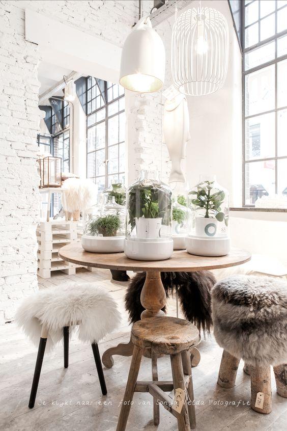 Nordic Style natürliches Holz Hocker Lammfell weiße Backsteinwand Korblampe